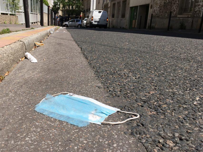 Les masques jetés par terre : la nouvelle plaie dans les rues de Paris